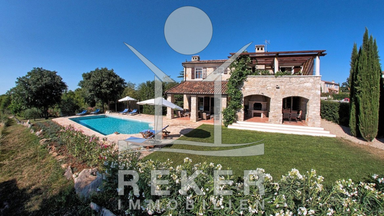 blick auf die villa mit pool und garten. Black Bedroom Furniture Sets. Home Design Ideas