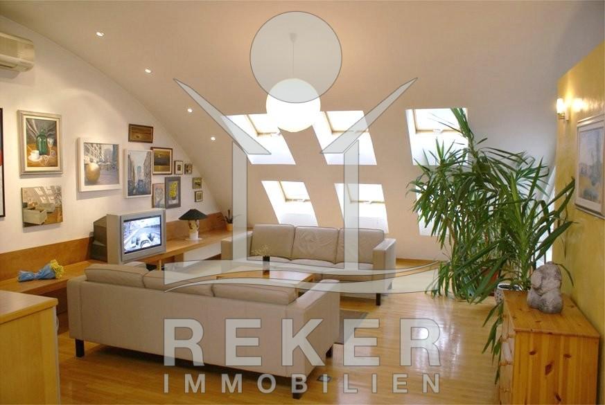 Die Dachfenster Bringen Viel Sonnenlicht Ind En Wohnbereich, Auch Die  Beleuchtung Ist Hochwertig.