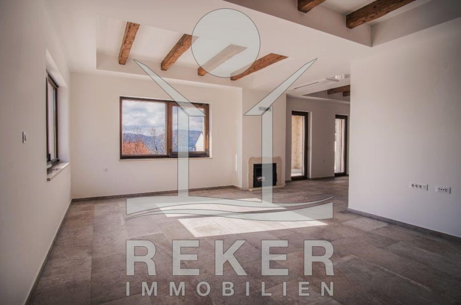 Lieblich Das Große Wohnzimmer Besticht Durch Seine Großen Fenster Und Dem  Hochwertigen Fußboden.