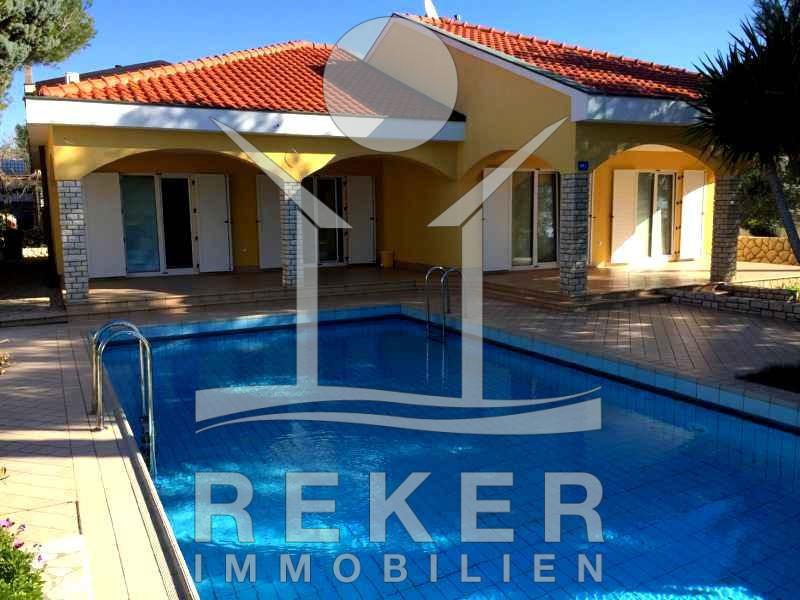 Luxus-Villa mit Pool im Garten auf der Insel Vir