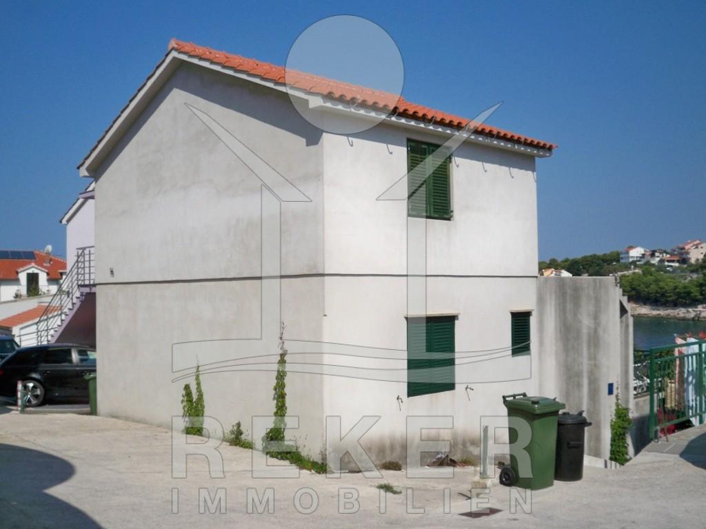 Primošten kleines renovierungsbedürftiges Haus am Meer