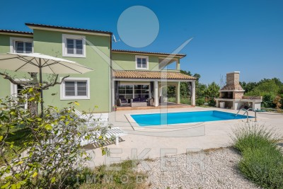 Luxuriöse Neubau-Villa mit großem Pool in Tinjan