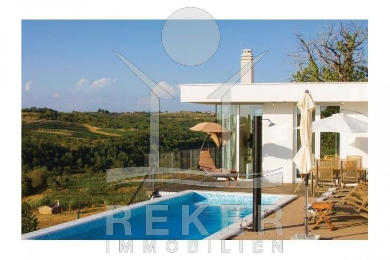 Diese Moderne Und Luxuriöse Villa Mit Meerblick Und Pool Befindet Sich In  Einer Ruhigen Wohnlage.