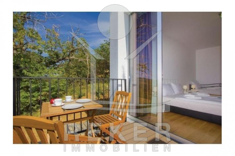 Hier Können Sie Das Frühstück Auf Der Sonnigen Terrasse Einnehmen.
