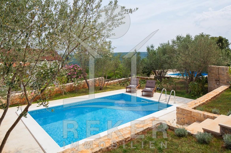 Der Pool Ist Das Zentrum Im Gepflegt Angelegten Garten Der Neugebauten  Villa Bei Dobrinj.
