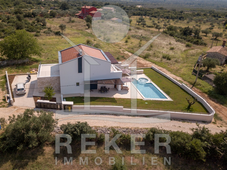 Die Neue Moderne Luxus Villa Mit Pool Befindet Sich In Einer Ruhigen Lage  Ca. 6 Km Von Rovinj.