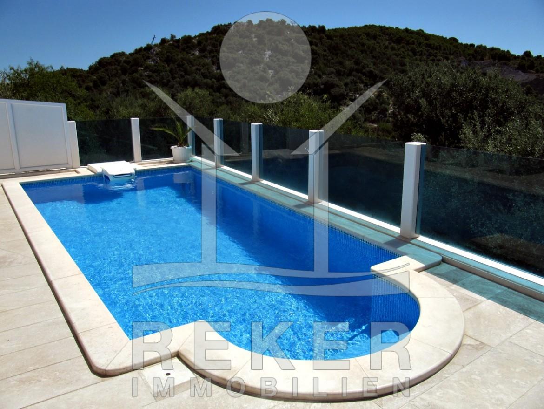die luxuri se villa mit sonnigem pool. Black Bedroom Furniture Sets. Home Design Ideas